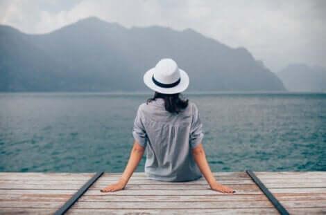 En kvinna tar in lugnet vid en brygga
