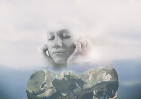 En kvinna flyr genom att sluta ögonen och sätta fingrarna i öronen