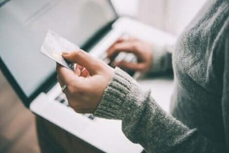 En kvinna som använder sitt kreditkort online