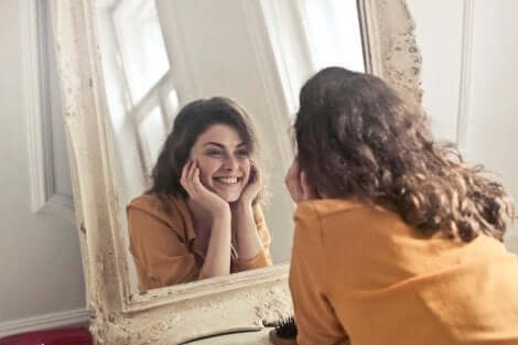 """En överlycklig kvinna ser sig i spegel: Tekniken """"bara för idag"""" kan bidra till att öka självkänslan"""
