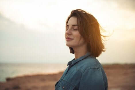 En kvinna som känner vinden