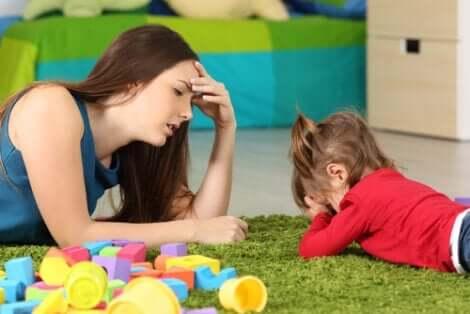 En mor med bortskämd dotter