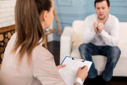 En patient med sin terapeut