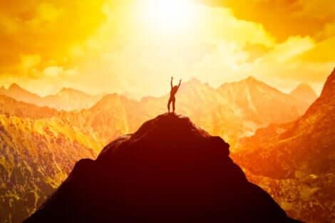 En kvinna på toppen av ett berg