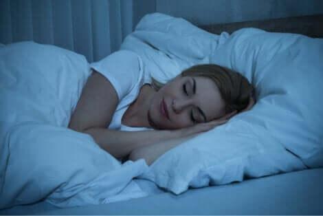 En kvinna som sover på natten