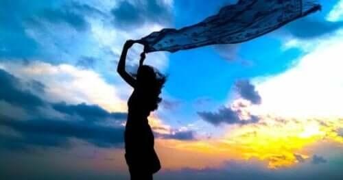 Att inse att du bär ansvar för dig själv ger dig enorm frihet. På det här fotot känner en kvinna sig så fri som aldrig förr