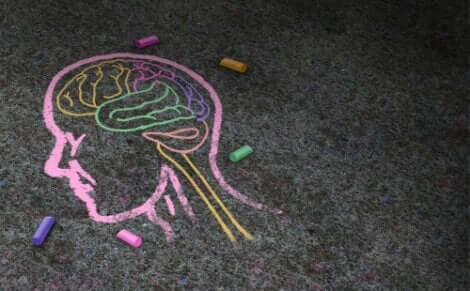 Konstpsykologin representeras genom en kritmålad hjärna på asfalt