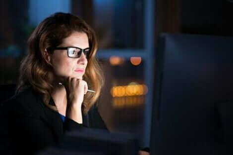 En kvinna som stirrar på en dator