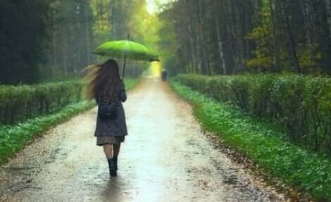 En kvinna i regnet
