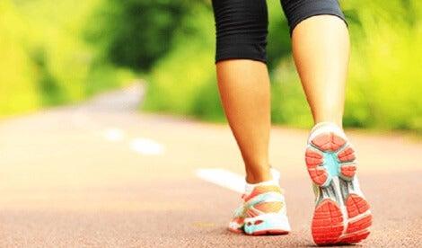 En kvinna motionerar