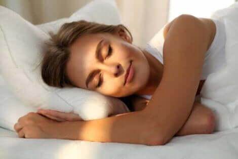 En kvinna som vilar efter att ha lärt sig om miljöpåverkan på en god nattsömn