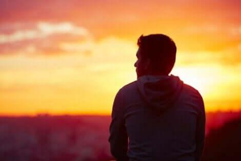 En man funderar i solnedgången