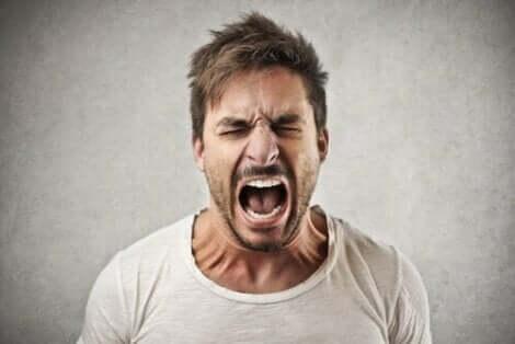 En man som skriker