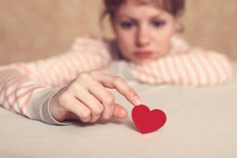 Orolig kvinna håller ett hjärta
