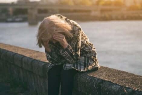 En sorgsen och arbetslös kvinna