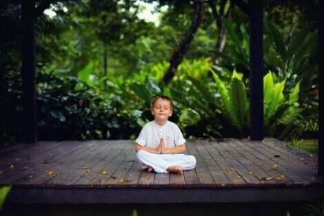 En pojke som mediterar