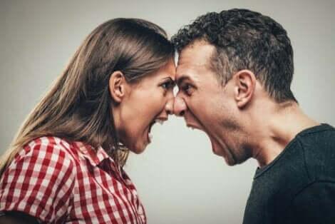 En man och en kvinna som skriker åt varandra