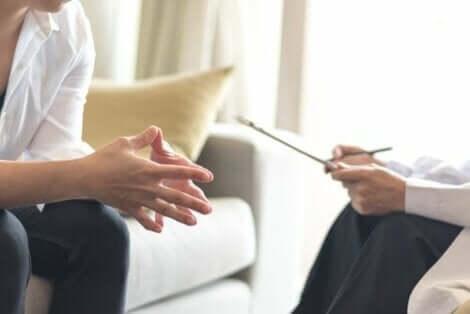 Två psykologer diskuterar ett kliniskt fall