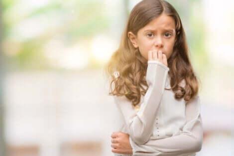 En flicka som biter på naglarna