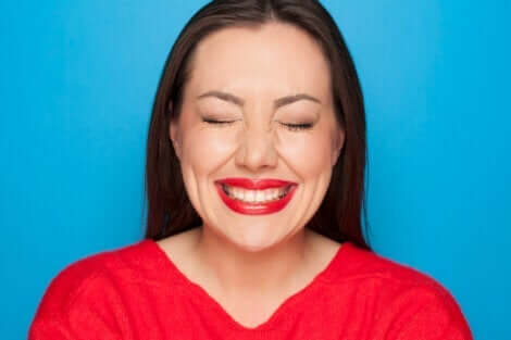 En kvinna med ett påtvingat leende