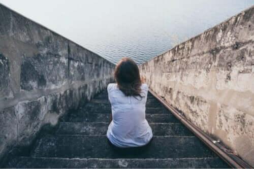 En kvinna som sitter framför havet och undrar om det finns något sådant som människor utan känslor