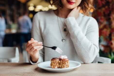 En kvinna som äter dessert och tänker på olika aptiter
