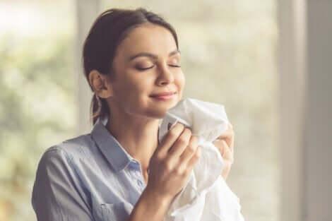 En kvinna som luktar på kläder