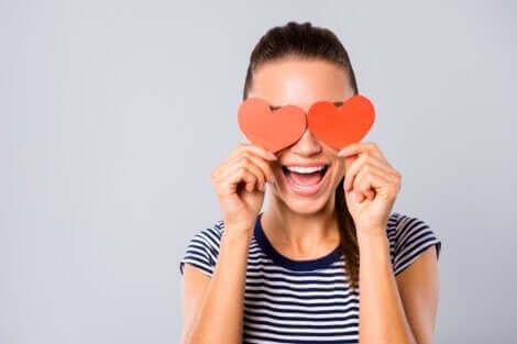 En kvinna med hjärtan över ögonen: att sätta sin partner på en piedestal