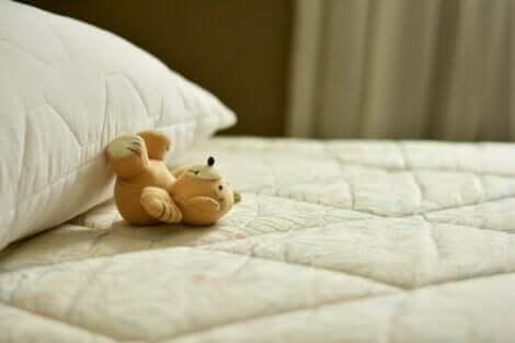 En liten nalle på säng
