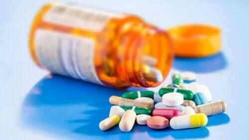 En orange pillerburk full av receptbelagda läkemedel