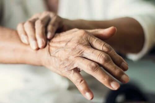 En äldre dam som lider av skakiga händer