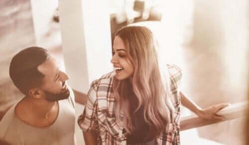 Ett par skrattar tillsammans