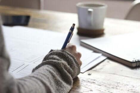 En person som gör anteckningar