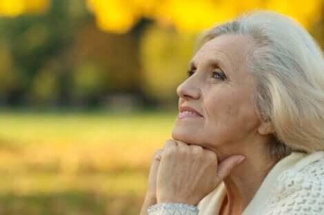 En äldre dam som ser lugn och lycklig ut