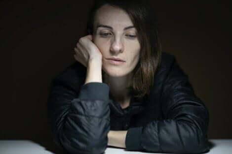 En apatisk kvinna som sitter ner