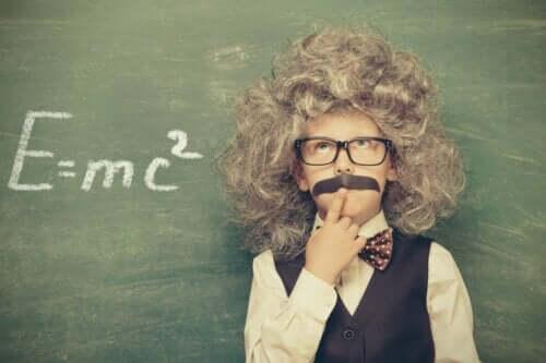 Ett barn utklätt till Einstein