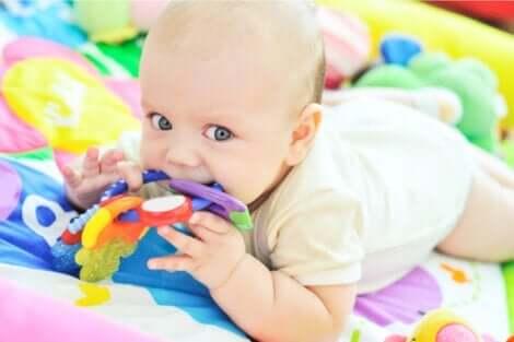 Ett barn som arbetar på sin sensoriska utveckling