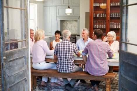 En grupp vänner på middag