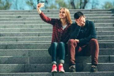 Det vi delar på sociala medier reflekterar inte vårt humör