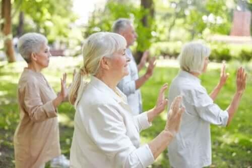 En grupp seniorer som utövar qigong