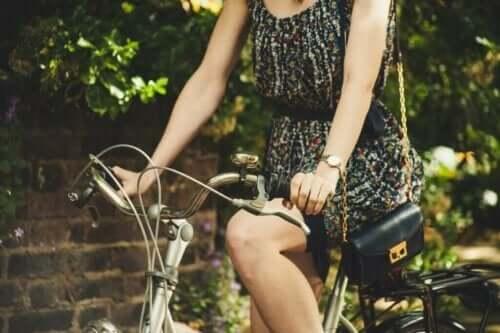 En kvinna som cyklar