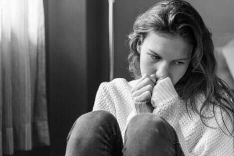 En tjej som kontemplerar självskadebeteende