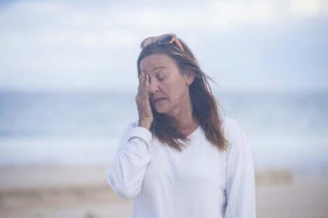 En kvinna som frågar sig varför klimakteriet påverkar ens humör