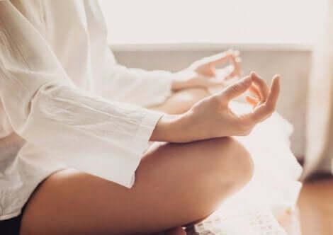En kvinna som mediterar