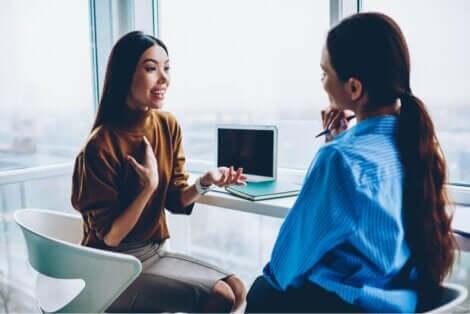Två kvinnor talar