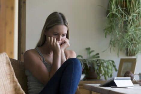 En ledsen kvinna i sammanträde i soffan