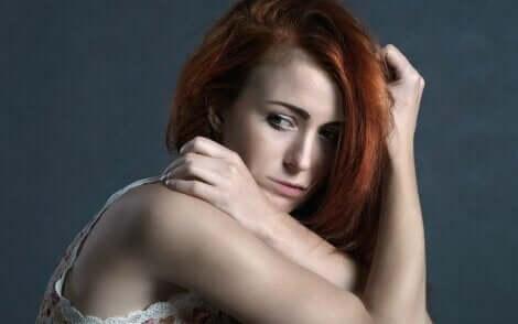 En kvinna som lider av osäkerhet och låg självaktning