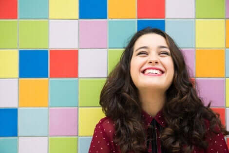 En lycklig leende kvinna
