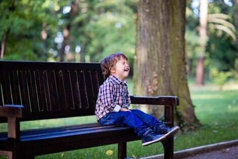 Bortskämda barn som får vad de vill: En pojke gråter på en parkbänk