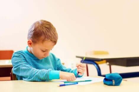 En pojke ritar